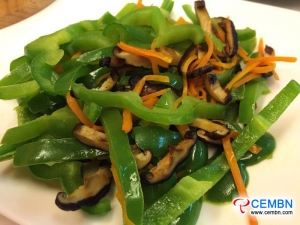 Ricetta dei funghi verdi: funghi shiitake fritti con peperone verde e carota