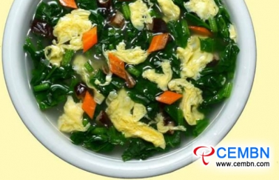 最新消息简单饮食:香菇汤配菠菜和鸡蛋
