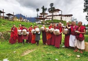 Gasa-Mönche nehmen den Anbau von Austernpilzen auf