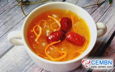栄養のある食事:冬虫夏草を含む白い菌のスープ