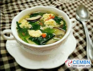 وصفة لفقدان الوزن: حساء الفطر شيتاكي مع البيض والسبانخ