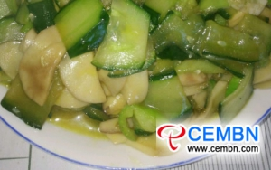 Licht eten: Roergebakken oesterzwam met gesneden komkommer