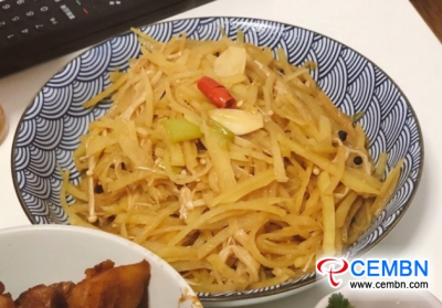 Para una comida rápida: champiñones Enoki fritos con patata rallada